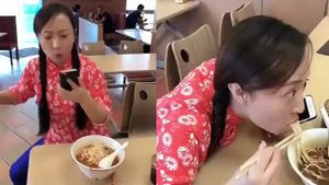 Cô gái vừa ăn mỳ vừa mải điện thoại và cái kết cười rung rốn