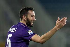 Pha tắc bóng nguy hiểm của Badelj trong trận đấu với Juventus