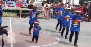 """Cậu bé 4 tuổi nhảy flashmob """"không sai một nhịp"""" khiến dân mạng bấn loạn"""