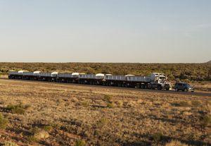 Phi thường Land Rover Discovery kéo đoàn rơ-mooc 110 tấn