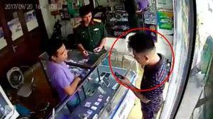 Hà Nội: Vờ mua hàng, nam thanh niên cướp điện thoại trắng trợn