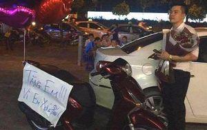 Chồng tặng vợ xe SH giữa sân chung cư 'vì em xứng đáng'