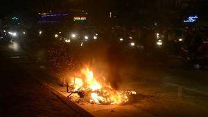 Xe máy bốc cháy dữ dội trên đường Hà Nội