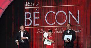 MC Lại Văn Sâm trở thành 'thí sinh bất đắc dĩ' khi tham gia thử thách cùng cậu bé mê bóng đá