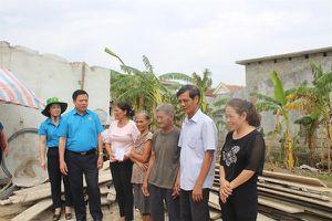 LĐLĐ Hà Tĩnh thăm hỏi, trao tiền hỗ trợ gia đình bị thiệt hại nặng do bão số 10