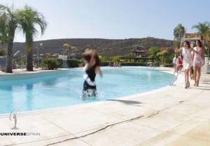 Khoảnh khắc 'xấu hổ đến độn thổ' của thí sinh hoa hậu ngã xuống bể bơi