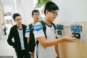 Học sinh trường Trần Văn Ơn 'kẻ thích, người chê' cách điểm danh bằng thẻ