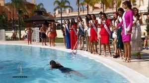 Mải catwalk đến 'quên mình', thí sinh Hoa hậu Hoàn vũ ngã nhào xuống bể bơi