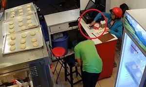Nữ quái vờ mua bánh rồi trộm điện thoại trước mặt nhân viên