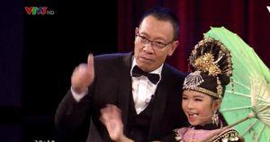 MC Lại Văn Sâm cao hứng hát xẩm, lắc lư theo phần trình diễn của 'cô đồng' 8 tuổi