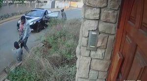 Bị cướp dí súng vào đầu, cô gái vẫn quyết giằng lại túi xách