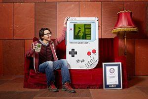 Chàng trai lập kỷ lục với máy chơi game cầm tay khổng lồ
