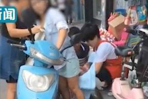 Sản phụ suýt đẻ rơi con giữa đường