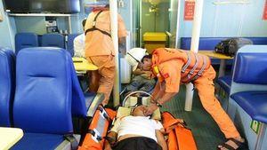 Cứu nạn khẩn cấp ba thuyền viên tàu cá bị ngạt khí gas trên biển