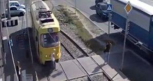 Mải nghe điện thoại, người phụ nữ bị tàu điện cán mất một chân