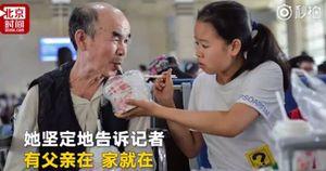 Nữ sinh đưa cha bệnh tật đến trường đại học để tiện chăm sóc