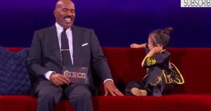 Cô bé Trung Quốc khiến MC Steve Harvey câm nín với một loạt câu hỏi 'không đỡ nổi'