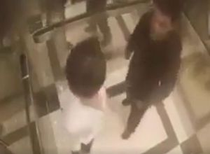 Bị đánh te tua vì định sàm sỡ người đẹp trong thang máy