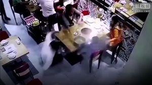 Sốc: Nam phục vụ người Trung Quốc trượt chân làm đổ cả nồi lẩu nóng vào người trẻ nhỏ