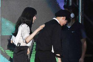 Taeyeon (SNSD) thân thiết trò chuyện với EXO tại Asian Song Festival