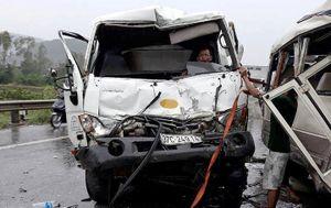 Xe khách lao qua dải phân cách đâm xe bồn, 4 người nhập viện