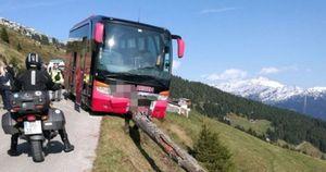 Tài xế đột quỵ, du khách cứu cả xe buýt bên vách núi