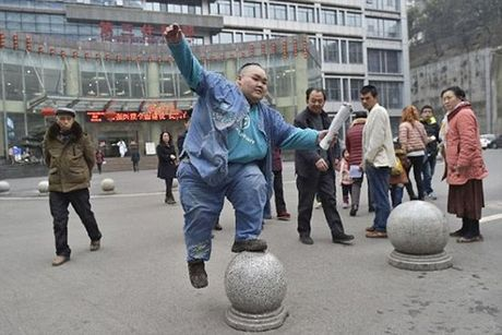 Nguoi dan ong beo nhat Trung Quoc da giam duoc 82kg - Anh 3