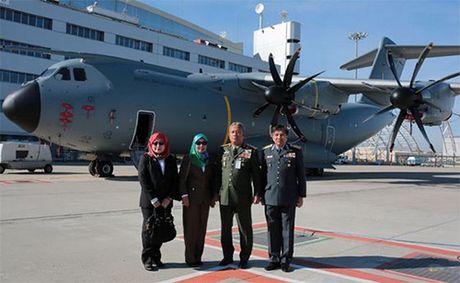 Khong quan Malaysia nhan may bay van tai A400M dau tien - Anh 1