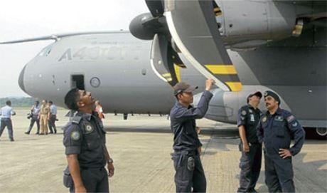 Khong quan Malaysia nhan may bay van tai A400M dau tien - Anh 2