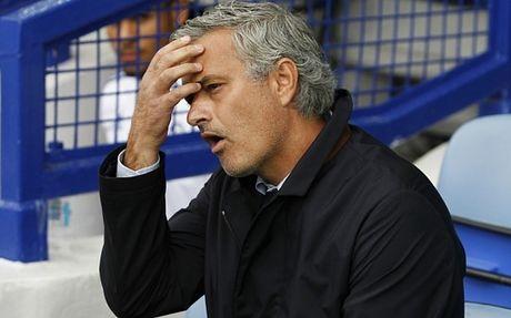 HLV Mourinho doi mat an phat cuc nang - Anh 2