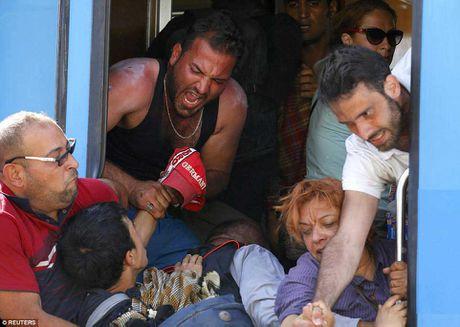 Di dan Syria, Afghanistan au da dam mau, tranh nhau len tau - Anh 10