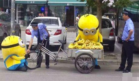 """""""Minions"""" ban chuoi bi canh sat """"hoi tham"""" - Anh 1"""