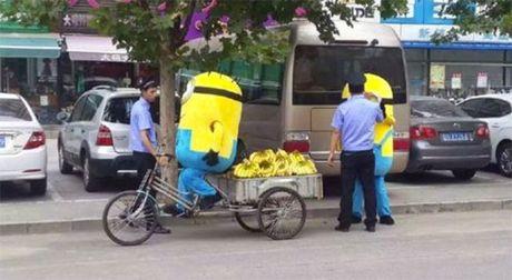 """""""Minions"""" ban chuoi bi canh sat """"hoi tham"""" - Anh 3"""