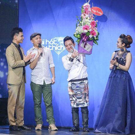 Tung Duong gap su co truoc gio len san khau BHYT - Anh 1
