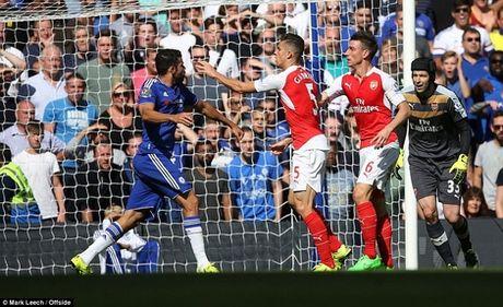 Bi duoi 2 nguoi, Arsenal guc nga truoc Chelsea! - Anh 1