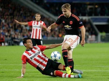 Het Luke Shaw, 'do te' cua PSV lai phi thang gio doi thu - Anh 1