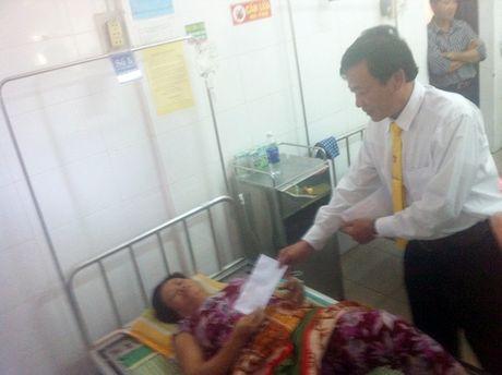 Thua Thien - Hue: Taxi Vang chung tay ho tro tieu thuong cho Tu Ha - Anh 3