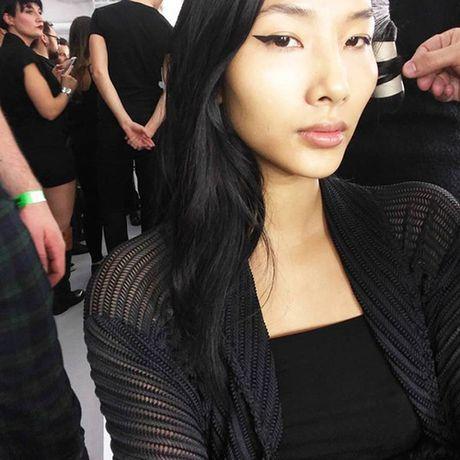 "Hoang Thuy tiep tuc ""cong pha"" san dien London Fashion Week - Anh 1"
