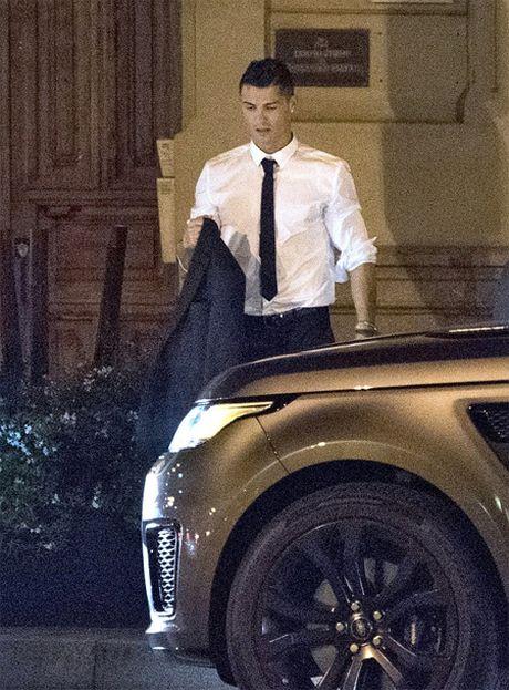 C. Ronaldo di an toi voi ban gai moi - Anh 3