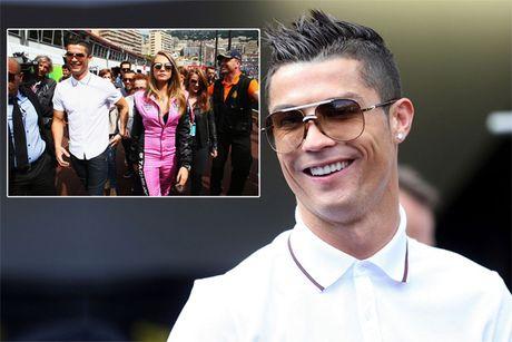 C. Ronaldo di an toi voi ban gai moi - Anh 7