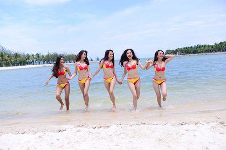 Thi sinh Hoa hau hoan vu nong bong voi bikini - Anh 2