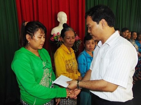 Ban doc Thanh Nien giup gia dinh thuyen vien tau ca chim o Con Dao - Anh 1
