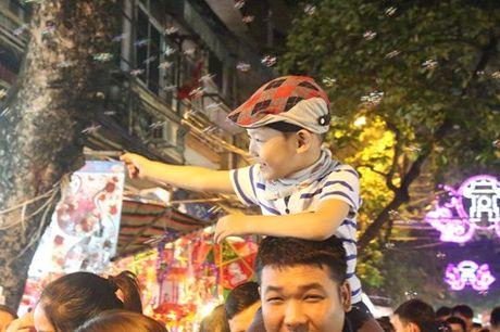 Truoc Tet Trung thu mot tuan, pho Hang Ma ken chat nguoi - Anh 4