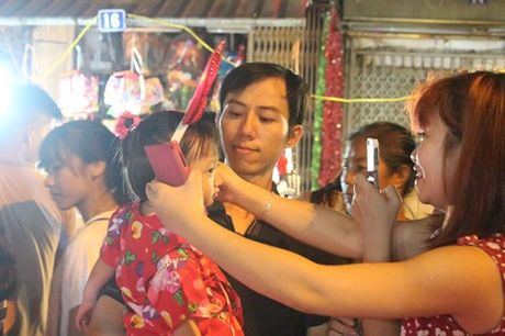 Truoc Tet Trung thu mot tuan, pho Hang Ma ken chat nguoi - Anh 5