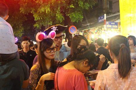 Truoc Tet Trung thu mot tuan, pho Hang Ma ken chat nguoi - Anh 6