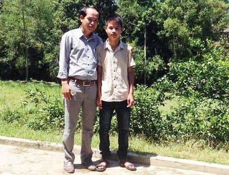 Nam sinh cuu thay co bi lat thuyen: 'Nguoi gap nan cung nhu nguoi than minh' - Anh 3