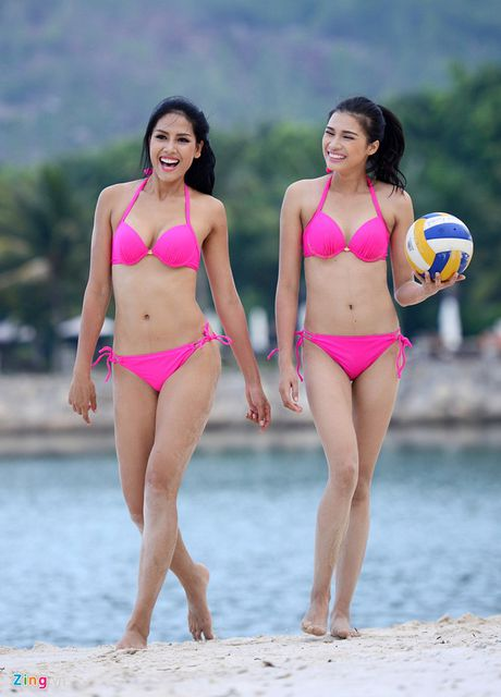 Thi sinh Hoa hau HVVN mac bikini choi bong chuyen - Anh 1