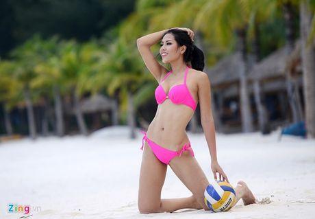 Thi sinh Hoa hau HVVN mac bikini choi bong chuyen - Anh 11