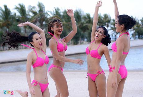 Thi sinh Hoa hau HVVN mac bikini choi bong chuyen - Anh 2