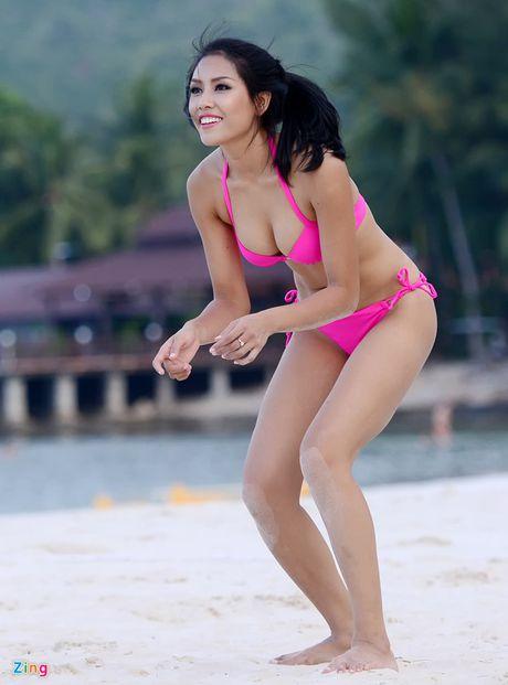 Thi sinh Hoa hau HVVN mac bikini choi bong chuyen - Anh 3